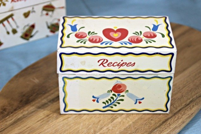 VRP004 - White Tin Box With Hearts & Flowers