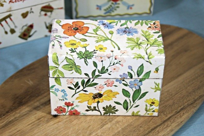 VRP005 - White Tin Box With Flowers